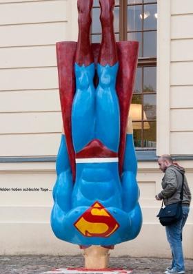 نصب یک مجسمه وارونه از سوپر من در مقابل موزه یهودیان در برلین