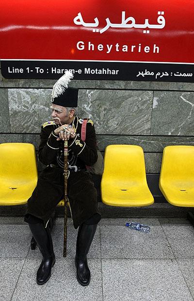 عکس بازیگران سریال قهوه تلخ در متروی قیطریه Alamto.Com