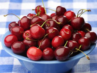 کاهش آسیب نور خورشید به پوست-foods-that-fight-sun-damage-01-cherries-sl-salemzi