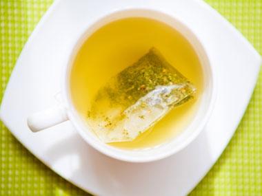 کاهش آسیب نور خورشید به پوست-foods-that-fight-sun-damage-03-green-tea-sl-salemzi