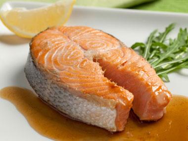 کاهش آسیب نور خورشید به پوست-foods-that-fight-sun-damage-05-salmon-sl-salemzi