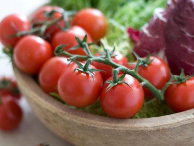 5-foods-to-protect-arteries-03-tomatoes-رژیم غذایی کاهش کلسترول بد خون