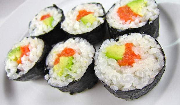 طرز تهیه سوشی سالمون و آووکادو