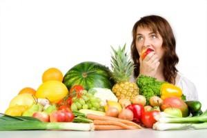 میوه ها همیشه منبع فیبر و ویتامین بوده اند. در واقع، میوه ها در سالن های زیبایی هم کاربرد دارند. کدام میوه ها باید روزانه توسط شما استفاده شوند و در زیبایی شما موثر هستند؟  موز موز در واقع میوه موثر در زیبایی است این میوه بسیار مغذی بوده و شامل ویتامین های ب و سی و نیز پتاسیم می باشد. پتاسیم در نرم شدن پوست شما تاثیر بسزایی دارد.  سیب سیب نیز میوه ای است که بسیار مغذی بوده و باعث گردش خون مناسب در بدن شما میشود. سیب اگر مرتب مورد استفاده قرار گیرد باعث روشن شدن پوست می شود. سیب هم چنین حاوی آنتی اکسیدان می باشد. برای موهای شما نیز میوه ی مناسبی است.  انبه انبه به دلیل دارا بودن ویتامین های آ و سی برای پوست مفید می باشد. نشانه های پیری را در صورت می پوشاند و موجب نرم شدن پوست می شود. حاوی آنتی اکسیدان هایی می باشد به همین دلیل برای بدن و به ویژه پوست مفید است.  پرتقال پرتقال نیز مانند لیمو حاوی ویتامین سی می باشد. پوست پرتقال می تواند جمع آوری شده و در مقابل نور آفتاب خشک شود و به ماسک های صورت افزوده شود. باعث روشن شدن پوست می شود.  توت فرنگی توت فرنگی نیز به دلیل دارا بودن آنتی اکسیدان ها بسیار مفید می باشد. هم چنین می تواند خرد شده و به عنوان ماسک برای مدت سی دقیقه روی صورت قرار گیرد. این میوه دارای ویتامین سی نیز می باشد. موجب روشنی پوست می شود.  گریپ فوروت این میوه هم سرشار از ویتامین بوده به ویژه برای پوست های چرب مفید است. برای پوست های چرب می تواند به عنوان ماسک به مدت بیست دقیقه روی پوست قرار گیرد.