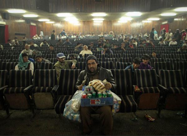 فروشنده تنقلات در سینمایی در کابل، عکس از دانیش صدیقی از هند