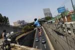 بند بازی یک نوجوان گواتمالایی بالای اتوبان + عکس