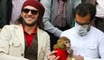 عکس یادگاری امین حیایی در کنار میمون پیشگام