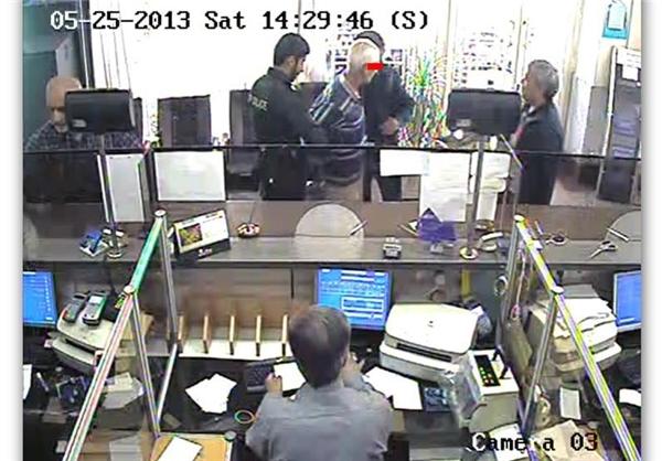 دستگیری سارق مسلح توسط مشتریان بانک+ عکس