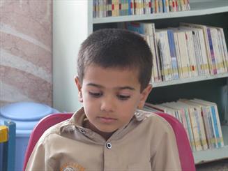 کودک 8 ساله ایرانی که روزی 10 کتاب می خواند + عکس