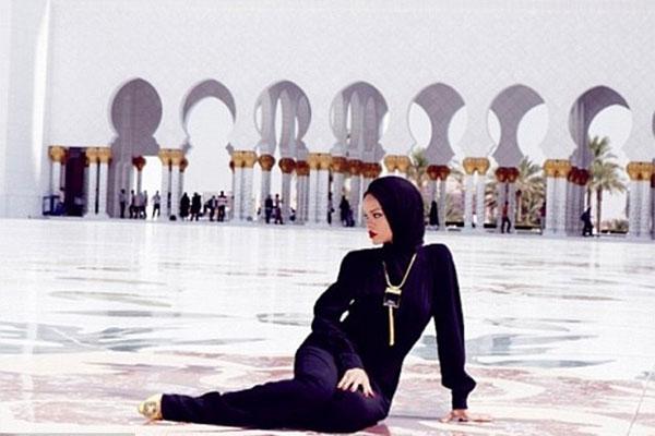 توهین خواننده آمریکایی به مسجد/عکس