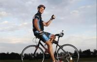 رکوردزنی با دوچرخه سواری به پشت +عکس
