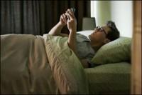 هرچقدر بیشتر پیامک ارسال کنید خوابتان کمتر می شود