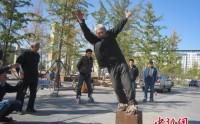 پیرمردی با کفش های 405 کیلوگرمی + عکس