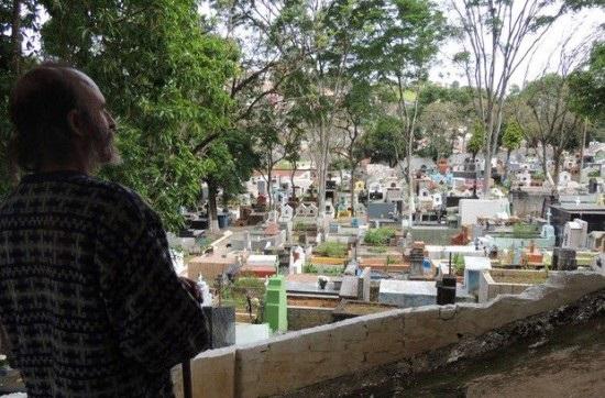 13 سال زندگی در قبرستان + عکس