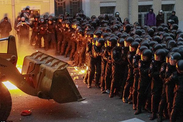 درگیری عجیب پلیس و معترضان در اوکراین / عکس