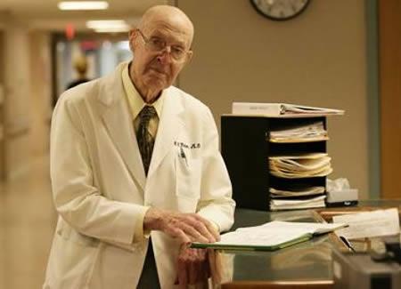 پیرترین دکتر دنیا با ۱۰۰ سال سن