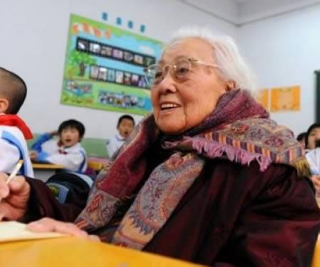 پیرترین دانش آموز دنیا با ۱۰۲ سال سن