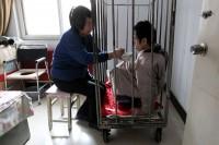 مادري که پسرش را بيش از 40 سال زنداني کرد!+ عکس