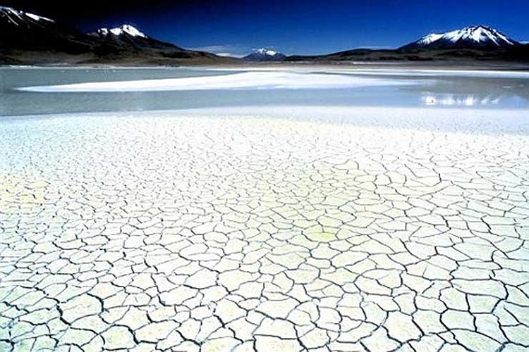 تصویر دریاچه نمك سلار اویونی در قلب رشته كوه های آند در كشور بولیوی.