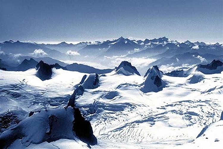 رشته كوه های پوشیده از برف آلپ در فرانسه.
