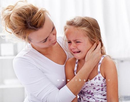 کودک گریان و مادر
