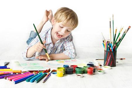 کودک در حال نقاشی کشیدن