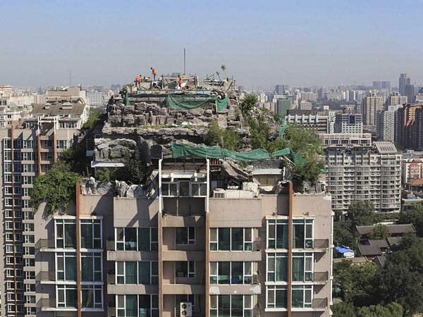 مردم در بالای ساختمانهای آپارتمانی خانه می سازند.