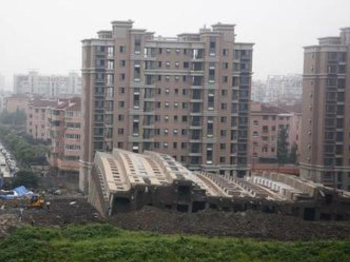 ساختمانها از یکور می افتند و گاهی حتی بعد از این سالم هستند.