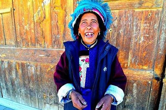 خنده زن تبتی در منطقه خودمختار دکین در چین