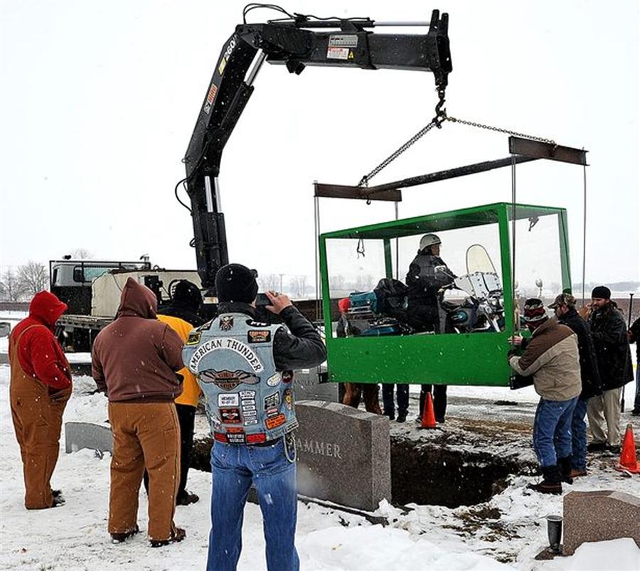 دفن پیرمرد آمریکایی در یک وضعیت عجیب/ عکس