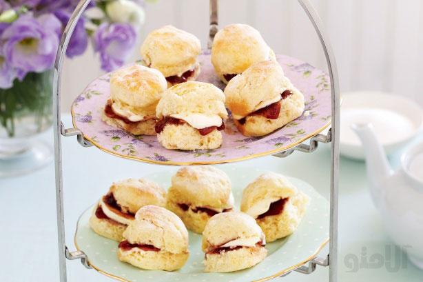 شیرینیهای کوچک همراه با خامه و مربا
