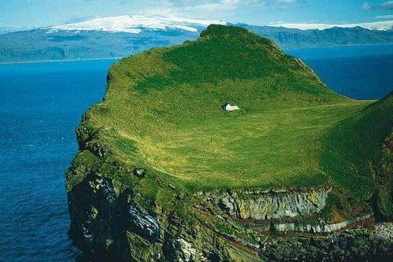 دورنمای جزیره الیئوای در مجمع الجزایر وستمانایجار در سواحل جنوبی ایسلند