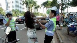 کتک خوردن پلیس چینی از یک زن + عکس