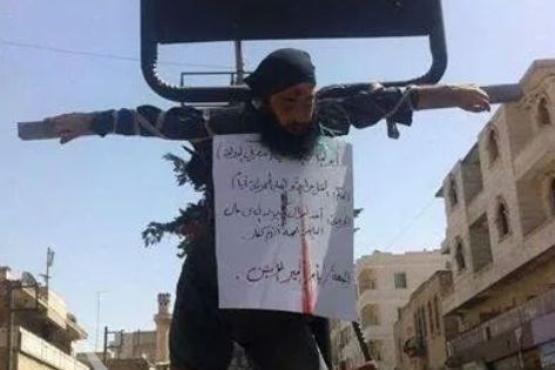 اسم گروه آشپزی داعش عضو خود را به صلیب کشید+عکس