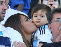 پسر و همسر لیونل مسی در ورزشگاه / عکس