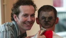 تراشیدن چهره فوتبالیستها برسر تماشاگران / عکس