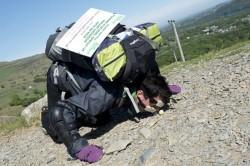 کوهنوردی چهار دست و پا برای کمک به خیریه +عکس