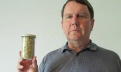 مردی که برای 36 سال ناخنهایش را جمعآوری کرده است+عکس