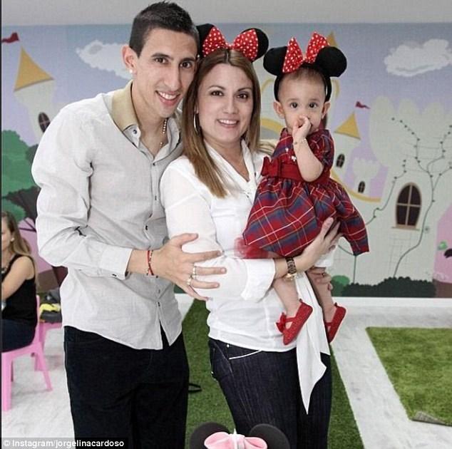 آنخل دی ماریا در کنار همسر و دخترش