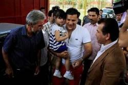 هجوم مردم به سوی علی دایی در فرودگاه و گریههای نورا کوچولو