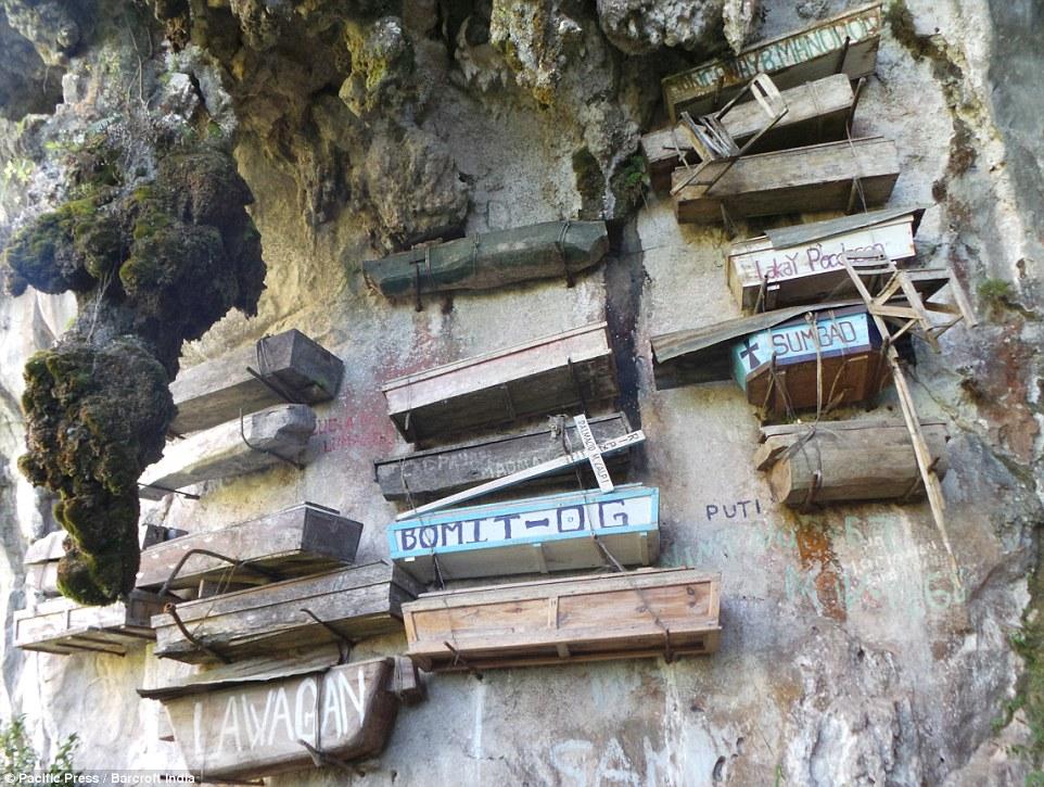 گورستانی آویزان بر روی صخره