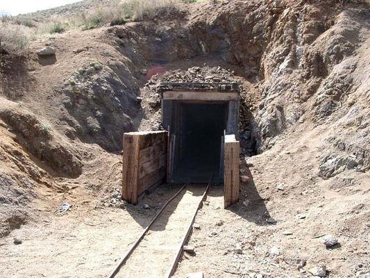 تونل پر رمز و راز مرد موش کوری