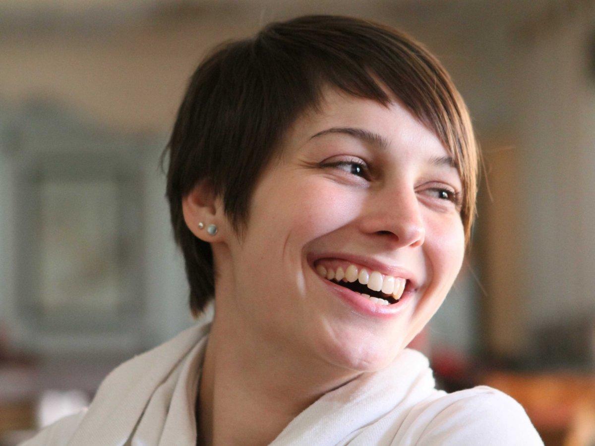 smile-woman-likable,راه جذابیت و دوست داشته شدن توسط دیگران