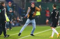 حمله یک تماشاگر به فوتبالیست مشهور+عکس