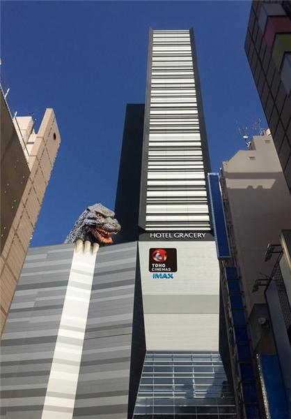 گودزیلای 50 متری روی ساختمانی مسکونی توکیو