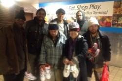 خیری که 5000 بی خانمان را صاحب کفش کرد! +عکس