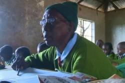 زن ۹۰ ساله پیرترین دانش آموز ابتدایی شد!+عکس