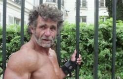 استفاده بدنساز بیخانمان از خیابان بجای باشگاه+عکس