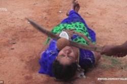 اعتماد یک زن هندی به شوهرش تا حد مرگ+عکس