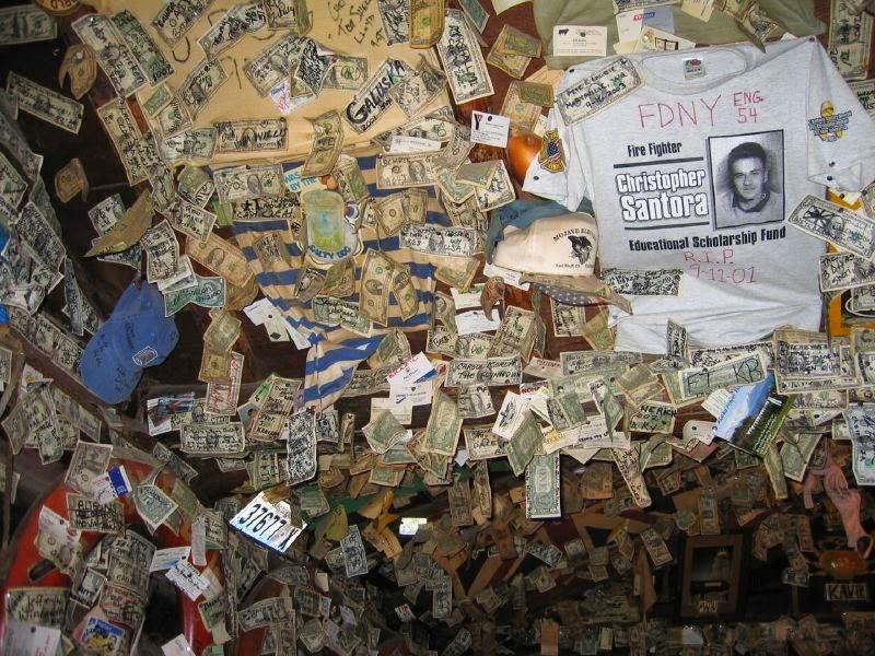 رستورانی پوشیده شده با پول و اسکناس